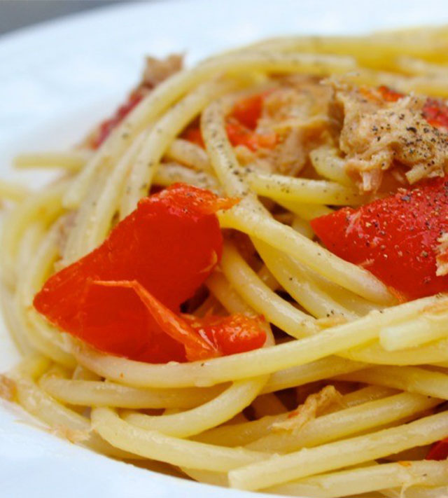 Spaghetti con tonno e peperoni tuna and red peppers Tuna and philadelphia pasta